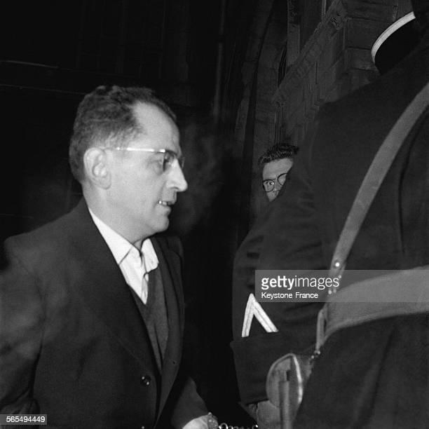 Entre deux audience Guy Desnoyers est emmené par les gendarmes à Nancy France le 25 janvier 1958