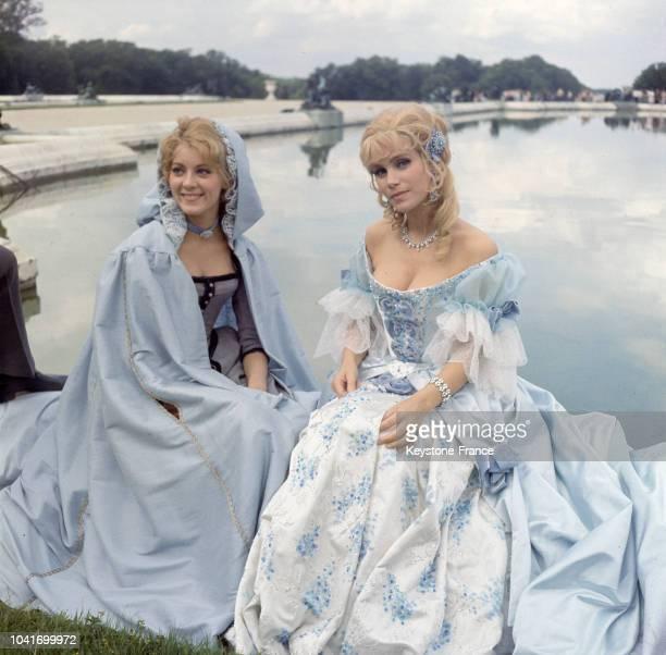 Entre deux séquences du film Carole Lebesque et Estella Blain se reposent au bord du bassin des jardins du château de Versailles France en août 1965