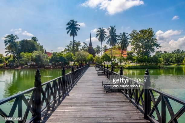 """entrée du temple """"wat traphang thong"""" à sukhothai (thailande) - sukhothai stockfoto's en -beelden"""