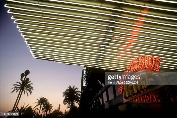 Entrée d'une discothèque la nuit sur la Promenade des Anglais à Nice 31 janvier 1991 France
