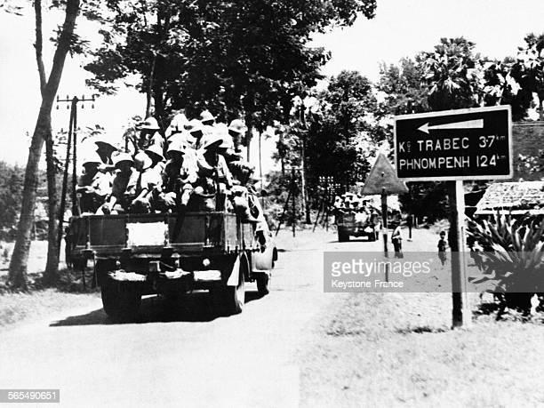 Entrée en Indochine française de soldats de l'armée japonaise assis dans des camions sur la route vers Phnom Penh, au Cambodge, en août 1941.