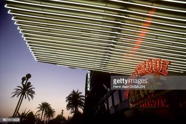 Entree de discotheque de nuit sur la Promenade des Anglais a Nice