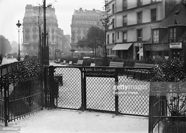 Entree du square pour enfants qui vient d'etre amenage sur les bords de Seine en face de l'Ile Saint Louis ou les grandes personnes n'ont pas le...