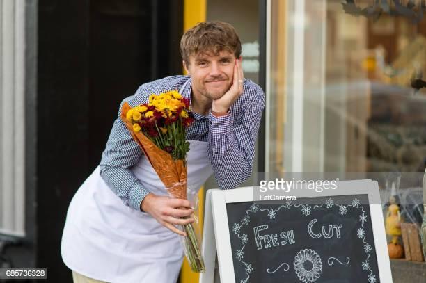 Entreprenör och ägare står utanför hans blomma boutique