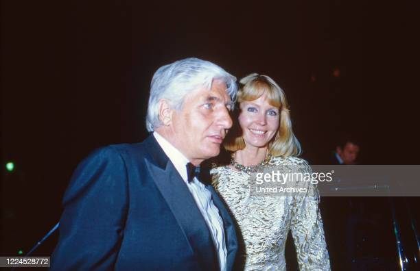 Entrepreneur Gunter Sachs with his wife Mirja Larsson attending an evening event circa 1986