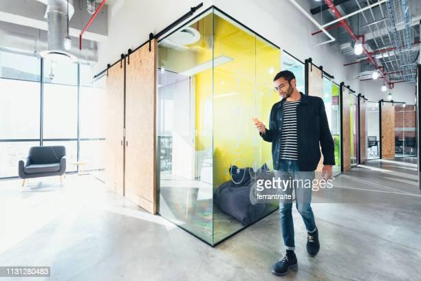 ondernemer in co-working office - nieuw bedrijf stockfoto's en -beelden