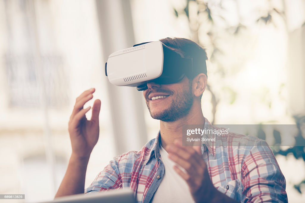 Entrepreneur testing virtual reality technology : Stock Photo