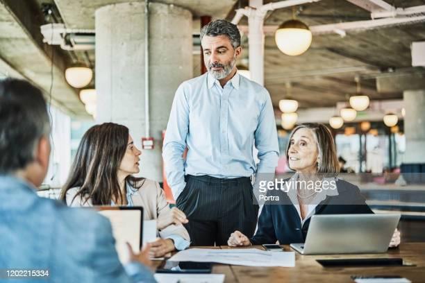 ondernemers bespreken op coworking kantoor - 40 49 jaar stockfoto's en -beelden