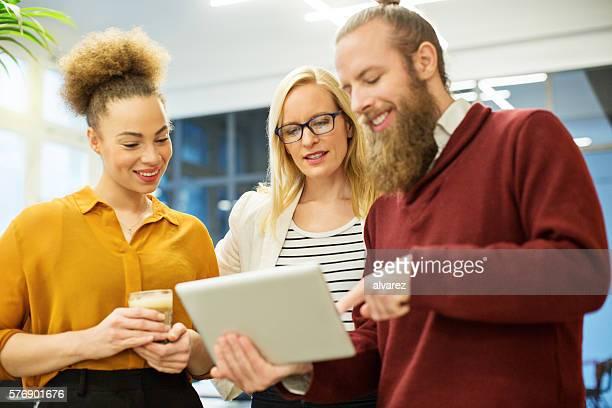 Unternehmer über business und Ideen auf einem tablet PC