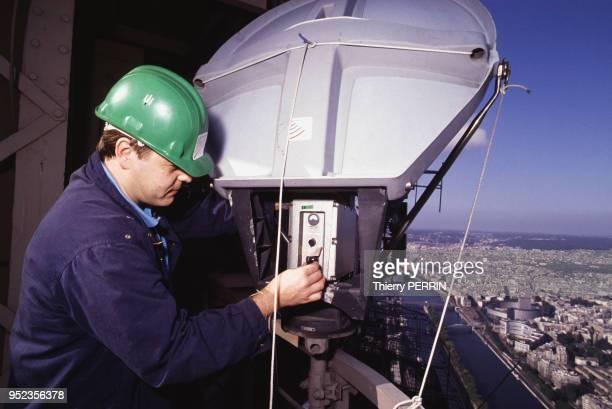 Entretien de l'antenne de la tour Eifel à Paris France