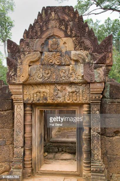 entry gate to the bantery srei - banteay srei stock pictures, royalty-free photos & images