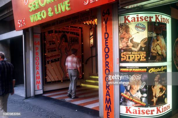 Entry of a sex shop with peep show and porn videos in Kaiserstraße in the area around the central station in Frankfurt photographed in June 1988