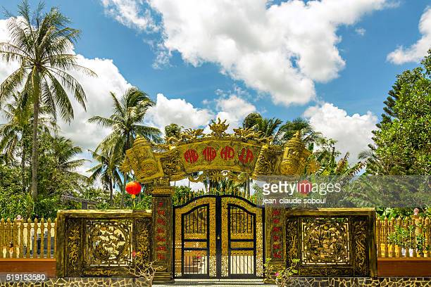 entry of a temple in vietnam - provinz can tho stock-fotos und bilder