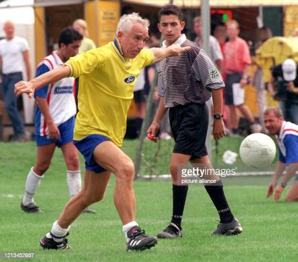 """Entschlossen stürmt Prinz Frederic von Anhalt am 4.9.1999 beim Fußballturnier um den """"Deutschen Medien Cup"""" dem Ball hinterher. In Köln treffen sich..."""