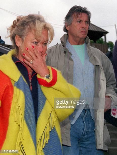 Entsetzt schauen Regisseur und Ex-Winnetou-Darsteller Pierre Brice und seine Frau Hella am 29.6.1999 auf die ausgebrannte Kulisse der Segeberger...