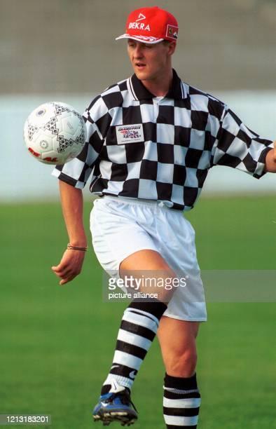 Entspannung vor dem Saisonstart: Der deutsche Formel 1-Vizeweltmeister Michael Schumacher jongliert am 3.3.1999 während eines Fußballspiels in einem...