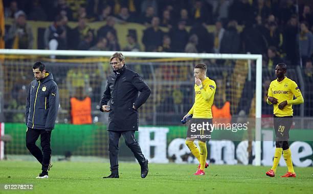Enttäuschte Dortmunder gehen nach der Niederlage und dem Aus in der Championsleague enttäuscht vom Platz Henrikh Mkhitaryan Jürgen Klopp Trainer head...