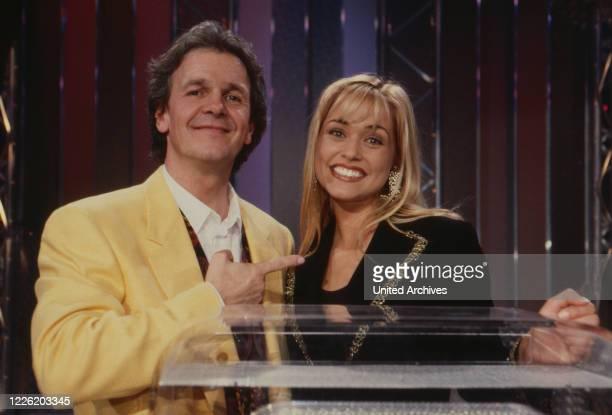 Entweder Oder Show um Entscheidungen Deutschland 1995 Moderator Fritz Egner mit Assistentin Barbara van Stijn