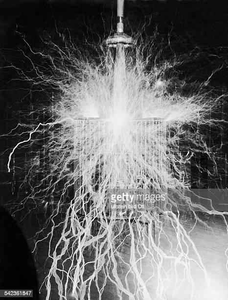 Entwicklung der Elektrizität: drahtlose Kraftübertragung, eine Erfindung von Nicola Tesla , die Entladungserscheinung eines 'Vergrösserungssenders'-...