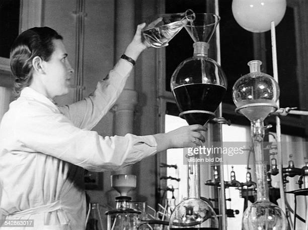 Entwicklungsmechanik Hormonforschung eine Laborantin prüft Flüssigkeiten in einem Glasbehälterveröffentlicht Signal 3/1940Foto Hans ReinkeFoto ist...