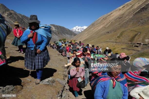 Environ 100 000 personnes ont assisté au pèlerinage 'Qoyllur Rity' le 8 juin 2009 louant 'El senor del Qoyllur Rity' au Pérou Les pèlerins se rendent...