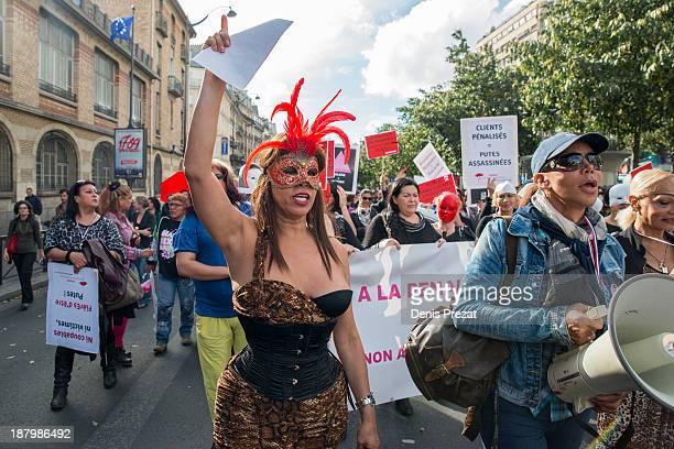 Environ 300 personnes ont manifesté le samedi 26 octobre 2013, à Paris, contre une proposition de loi visant à sanctionner les clients des...