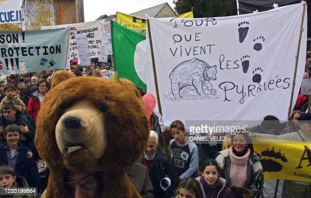 Environ un millier de personnes manifestent, le 28 novembre 2004 à Oloron-Sainte-Marie, capitale du Haut-Béarn, pour la sauvegarde de l'ours à la...