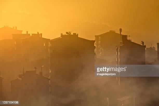 milieu luchtverontreiniging concept van smog en stadsgezicht - luchtvervuiling stockfoto's en -beelden