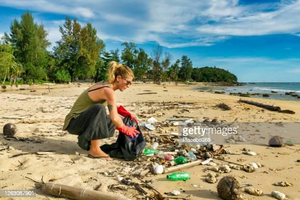 環境浄化 ワン ウーマン コー ランタ ビーチ タイ - プラスチック汚染 ストックフォトと画像