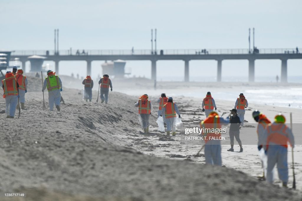 TOPSHOT-US-ENVIRONMENT-POLLUTION-OIL : News Photo
