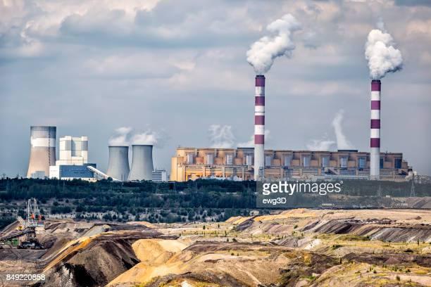 aantasting van het milieu in kolen gestookte elektriciteitscentrale in belchatow, polen - polen stockfoto's en -beelden