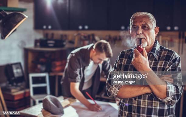 """Environnement Portrait de l'homme fumeur de tuyau en bois de l """" atelier"""
