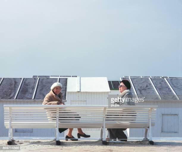 """milieu portret van twee oudere vrouw in België, Oostende aan witte strand hutten in de buurt van het strand """"n""""n"""
