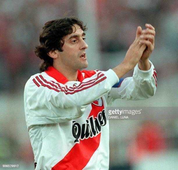 Enzo Francescoli of River Plate de Argentina responds to applause from the stadium fans during his team's match against Penarol de Uruguay 01 August...