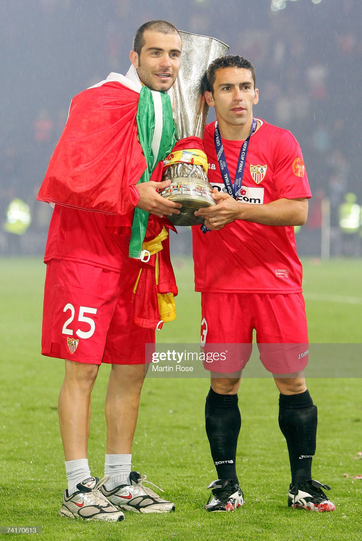 ¿Cuánto mide David Castedo? Enzo-maresca-and-david-castedo-of-sevilla-pose-with-the-trophy-after-picture-id74170613?s=2048x2048
