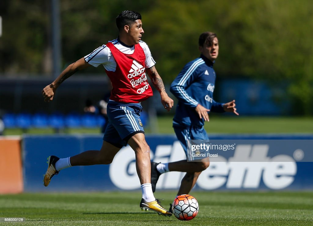 Enzo Perez of Argentina drives the ball during a training session at Argentine Football Association (AFA) 'Julio Humberto Grondona' training camp on October 06, 2017 in Ezeiza, Argentina.