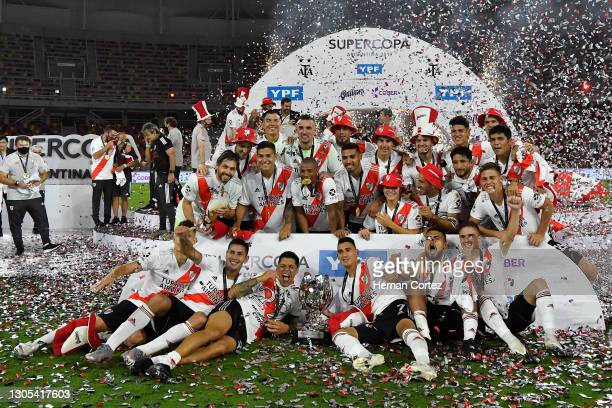 Enzo Pérez of River Plate poses with the trophy with teammates after winning a match between Racing Club and River Plate as part of Supercopa...