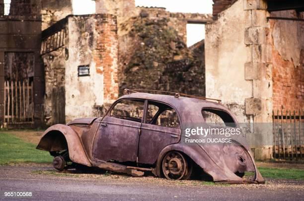 Epave de voiture dans les ruines d'OradoursurGlane dans la HauteVienne France
