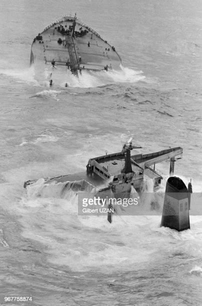 Epave du pétrolier supertanker libérien Amoco Cadiz le 26 mars 1978 en bordure des côtes bretonnes à Portsall France