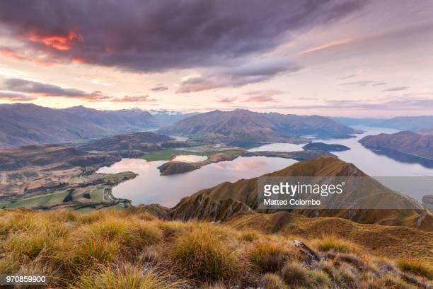 epic landscape at sunset from mt roy, wanaka, new zealand - wanaka - fotografias e filmes do acervo