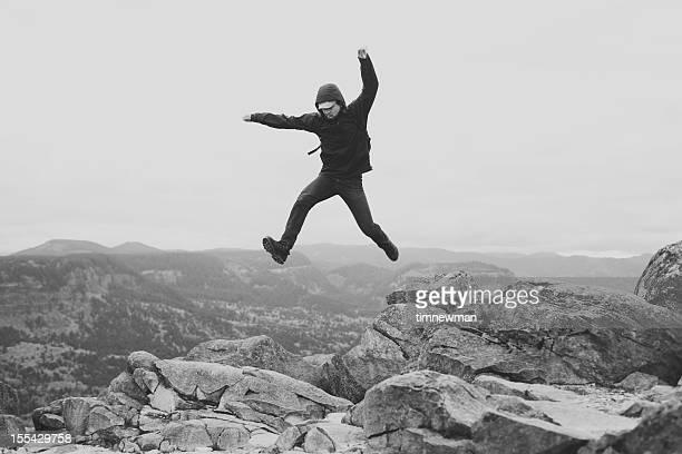 Epic homme sauter sur Rocks