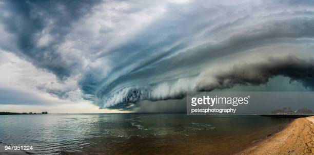 epic super zelle storm cloud - sturmbewölkung stock-fotos und bilder