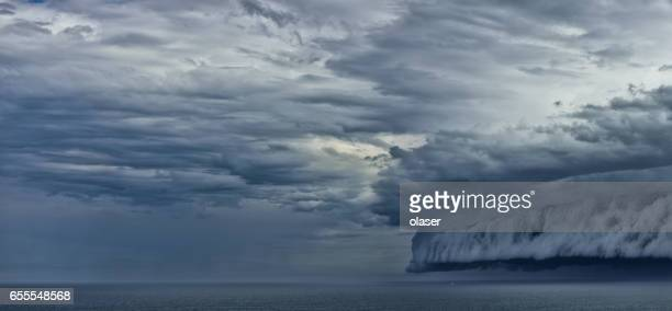 Nube de estante de supercell épica, pequeño barco huyendo