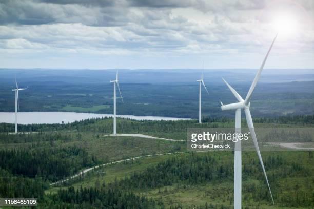 storslagen utsikt över vindkrafts park i sverige - vindsnurra jordbruksbyggnad bildbanksfoton och bilder