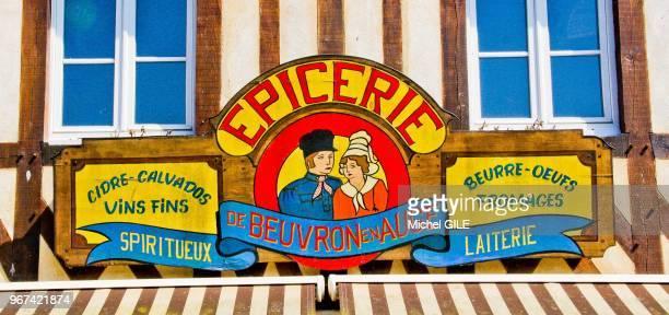 Epicerie typique normande avec enseigne cidre calvados vins fins spiritueux beurre oeufs fromages laiterie Beuvron en Auge Calvados France