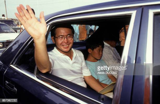 Epidemie de cholera au Perou le president peruvien Alberto Fujimori et son fils Kenyo le 10 mars 1991 a Chimbote Perou