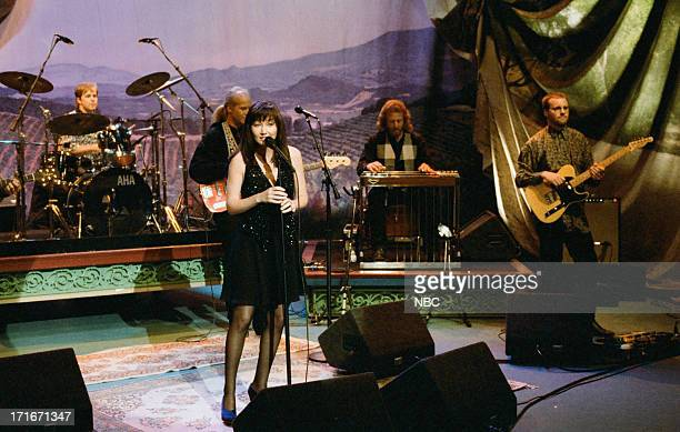 Musical guest Lari White performs on April 25 1995