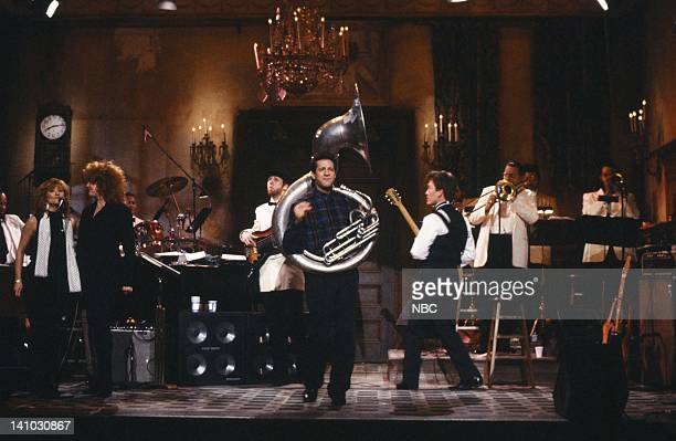 Bassist Tom TBone Wolk Steve Guttenberg GE Smith during the opening monologue on December 13 1986 Photo by Alan Singer/NBC/NBCU Photo Bank