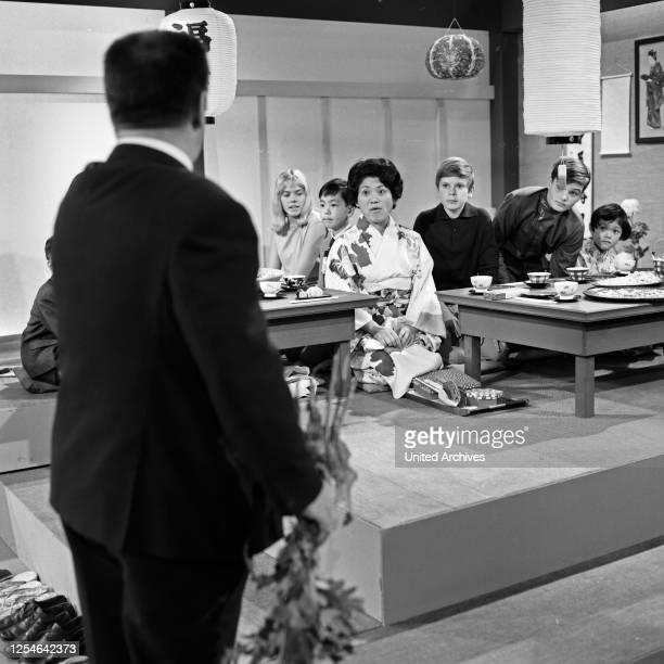 """Episode """"... Bei den Japanern"""" aus der ZDF Fernsehserie """"Hallo Freunde"""", Deutschland 1968, Szenenfoto."""