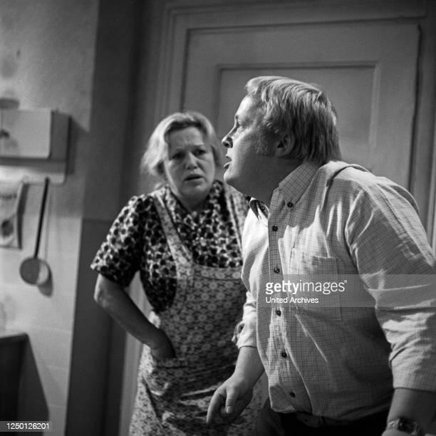 """Episode """"Das Ungeheuer"""" aus der Fernsehserie """"Der Kommissar"""", Deutschland 1969, Regie: Dietrich Haugk, Darsteller: Camilla Spira, Rainer Basedow."""